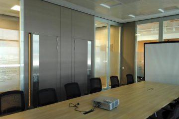 Slika prikazuje sejno sobo