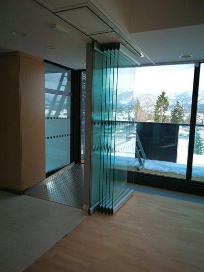 Zložena steklena premična stena